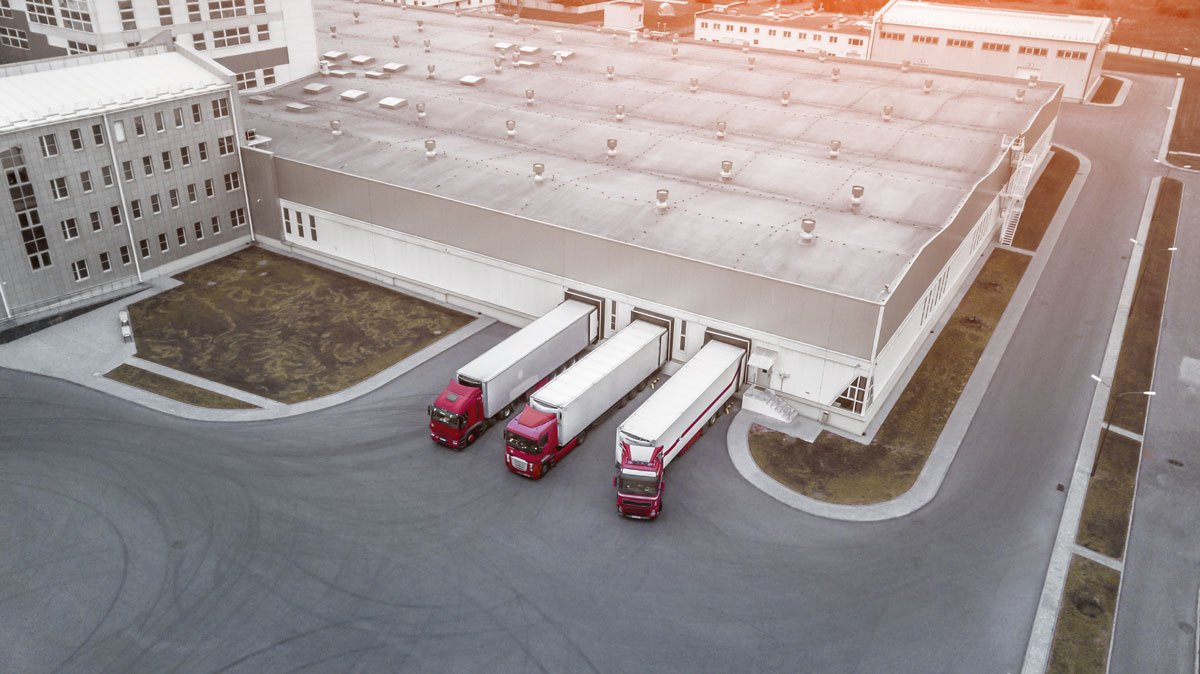 Bild-LKWs-fahren-aus-Lager